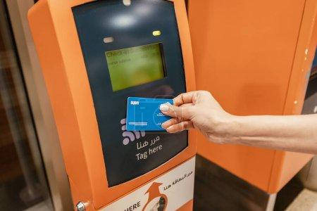 Photo pour 25 février 2021, Dubaï, Émirats arabes unis : Le passager utilise une carte de transport intelligente sans contact RTA pour payer un voyage en tram ou en métro à Dubaï - image libre de droit