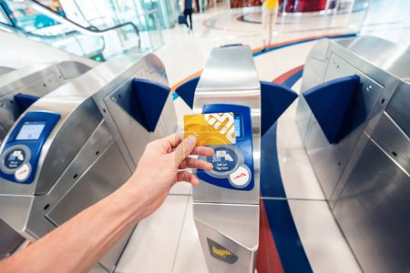 Photo pour 24 février 2021, Dubaï, Émirats arabes unis : un passager utilise une carte VIP en or pour traverser le tourniquet dans le métro de Dubaï et pour voyager dans la première voiture - image libre de droit