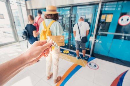 Photo pour 24 février 2021, Dubaï, EAU : Passagers sur la plate-forme du métro RTA de Dubaï. Pour voyager dans la première voiture de métro, vous devez acheter une carte de transport en plastique or - image libre de droit