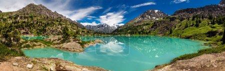 Photo pour Sentier de randonnée le long du magnifique lac dans la vallée de montagne, Altaï - image libre de droit
