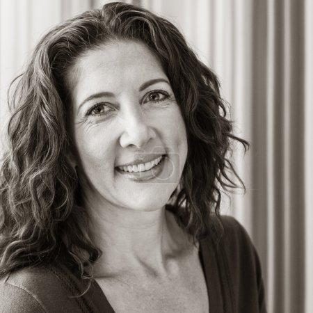 Photo pour Moyenne femme d'âge moyen, souriant à la caméra . - image libre de droit