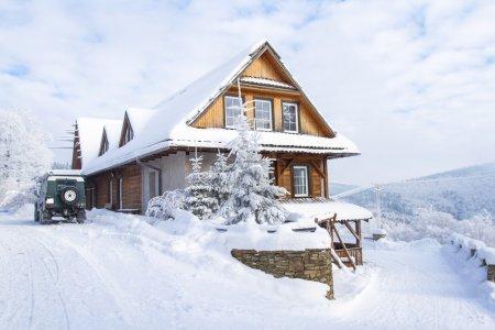 Photo pour Chalet de montagne entre forêts en hiver. Paysage dans les monts Beskides de Silésie, Pologne - image libre de droit