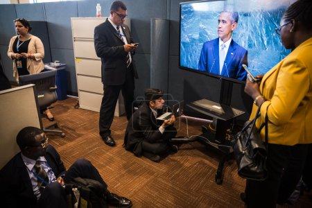 Photo pour New York, Usa - Sep 28, 2015 : Journalistes dans les lobbies des Nations Unies écoutent un discours de nous le président Barack Obama lors de l'ouverture de la 70e session de l'Assemblée générale de l'ONU à New York - image libre de droit