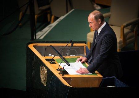 Photo pour New York, Usa - Sep 28, 2015 : Le Président russe Vladimir Putin prend la parole à l'ouverture de la 70e session de l'Assemblée générale de l'Organisation des Nations Unies à New York - image libre de droit