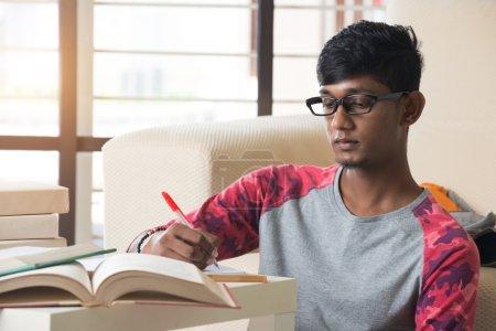 Photo pour Indien collège étudiant faire des devoirs avec des livres - image libre de droit