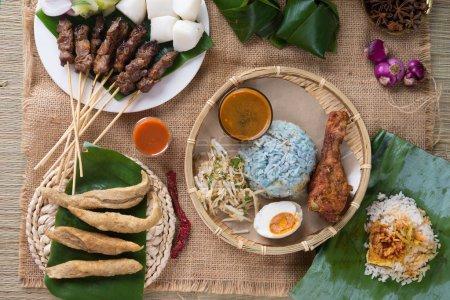 Photo pour Cuisine traditionnelle malaisienne. Nasi kerabu est un type de nasi ulam, plat de riz malais populaire. Couleur bleue du riz résultant des pétales de fleurs de pois papillon. Cuisine asiatique - image libre de droit