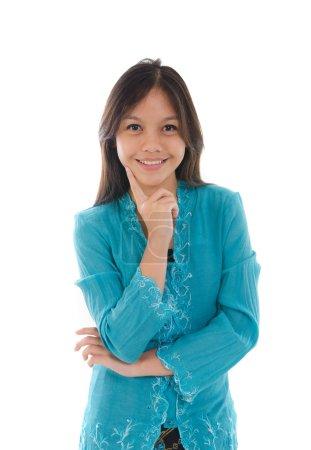 Photo pour Jeune fille musulmane malaise penser avec robe kebaya traditionnelle - image libre de droit