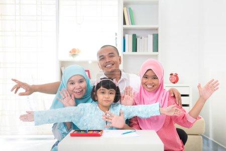 Photo pour Apprentissage familial malais avec contexte de style de vie - image libre de droit