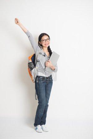 Photo pour Asiatique femelle étudiant isolé sur blanc - image libre de droit