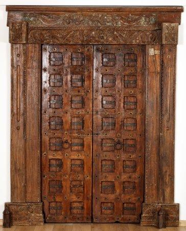 Photo pour Ancienne porte d'un temple hindou, conservée en bon état - image libre de droit