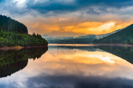 Photo pour Paysage avec Oasa lac au coucher du soleil dans les Carpates roumains - image libre de droit