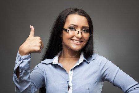 Photo pour Heureuse femme d'affaires latine avec pouces vers le haut signe - image libre de droit