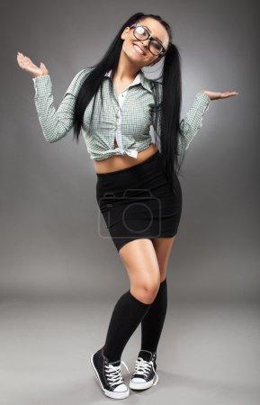 Photo pour Toute la longueur d'une écolière latino sexy avec mini jupe et lunettes - image libre de droit