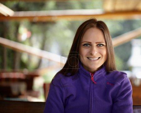 Photo pour Gros plan avec foyer sélectif d'une jeune femme caucasienne heureuse souriante en plein air - image libre de droit