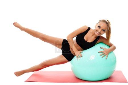 Photo pour Fitness femme faisant de l'aérobic sur un tapis avec une balle de gym, isolé sur blanc - image libre de droit