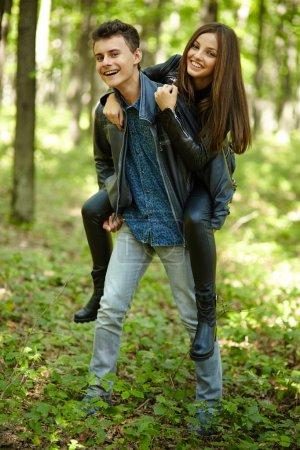Photo pour Les adolescents amis garçon et fille en plein air dans une forêt - image libre de droit