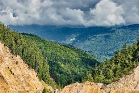 Photo pour Paysage avec fosse Ruginoasa dans la réserve nationale d'Apuseni, Roumanie - image libre de droit