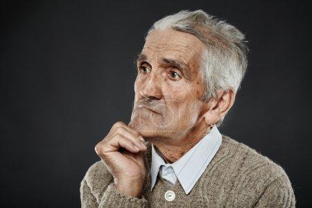 Photo pour Portrait rapproché d'un homme âgé expressif aux cheveux blancs - image libre de droit