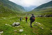 Wanderer, die auf einem Berg absteigend