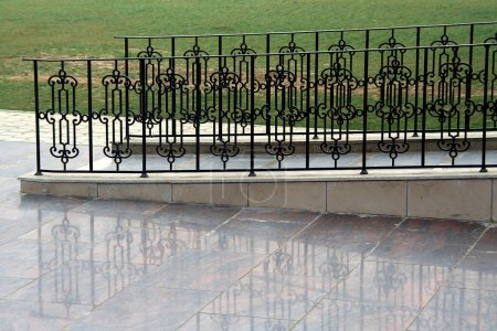Photo pour Gros plan du passage de tuiles de granit avec des barricades de fer peintes en noir des deux côtés à l'Université Amity Lucknow Campus à Lucknow, Uttar Pradesh, Inde, Asie - image libre de droit