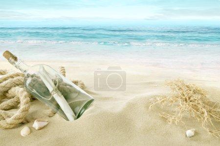 Photo pour Bouteille avec un message sur la plage . - image libre de droit