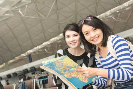 Photo pour Femme asiatique avec son ami voyageant à l'étranger - image libre de droit