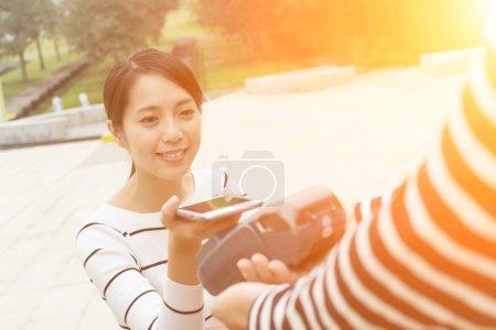 Photo pour Femme payer sur pos machine - image libre de droit