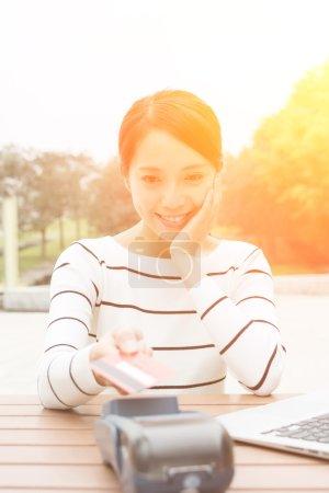 Photo pour Femme utilisant crédit crad pour payer - image libre de droit