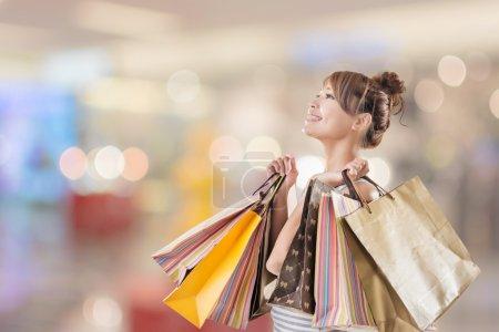 Photo pour Shopping fille de asiatique, gros plan portrait isolé sur blanc avec clipping chemin . - image libre de droit