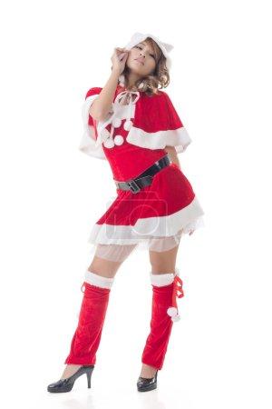 Photo pour Sexy fille de Noël de debout asiatique et souriant au studio, portrait pleine longueur isolé . - image libre de droit