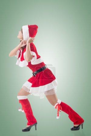 Photo pour Fille de Noël tirer quelque chose, portrait pleine longueur . - image libre de droit