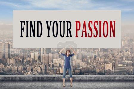 Photo pour Trouvez votre passion, mots sur tableau vierge tenir par une jeune fille en plein air . - image libre de droit