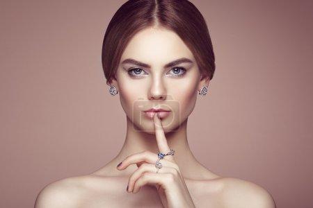 Photo pour Portrait de mode de jeune belle femme avec des bijoux. Une fille brune. Un maquillage parfait. Style beauté femme avec accessoires en diamant - image libre de droit