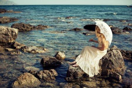 Photo pour Belle jeune femme sur la plage. Océan. Photo de mode - image libre de droit
