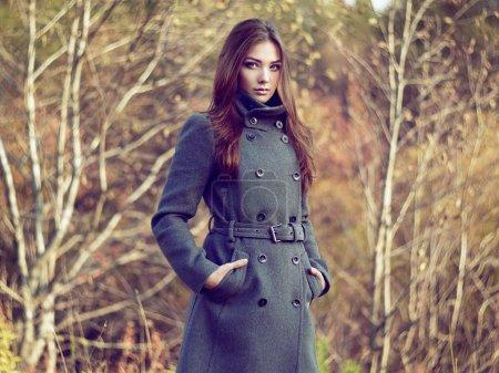 Photo pour Portrait de la belle jeune femme en manteau de l'automne. photo de mode - image libre de droit