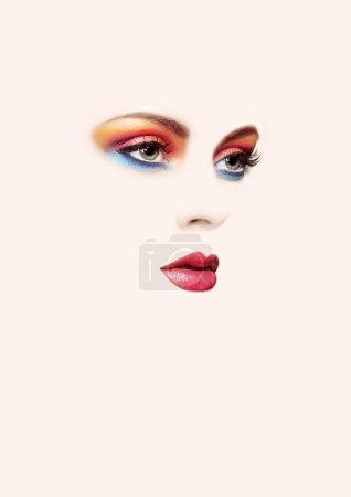 Photo pour Portrait conceptuel de beauté de belle jeune femme. Des cils. Fards à paupières cosmétiques. Beauté de mode - image libre de droit