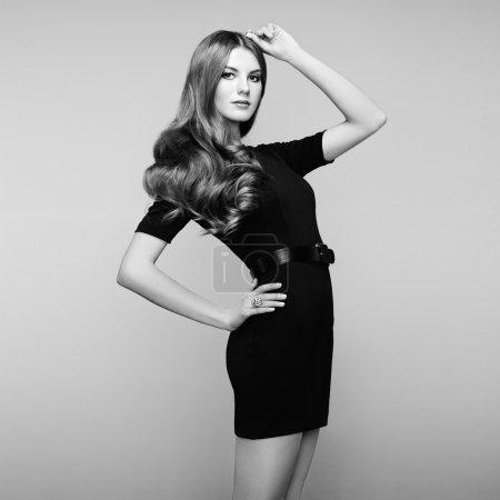 Photo pour Portrait de mode de femme élégante aux cheveux magnifiques. Une blonde. Un maquillage parfait. Noir et blanc - image libre de droit
