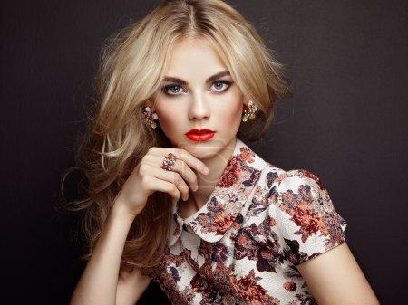 Photo pour Portrait de belle femme sensuelle avec une coiffure élégante. Maquillage parfait. Une blonde. Photo de mode. Bijoux et robe - image libre de droit