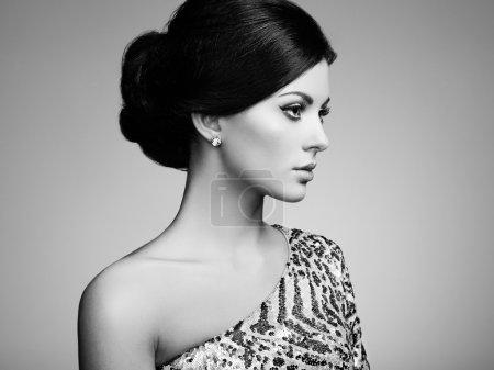 Photo pour Mode portrait d'une femme élégante aux cheveux magnifique. Jeune fille brune. Maquillage parfait. Noir et blanc - image libre de droit