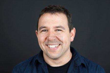 Photo pour Portrait franc d'un homme souriant amical, concept naturel - image libre de droit