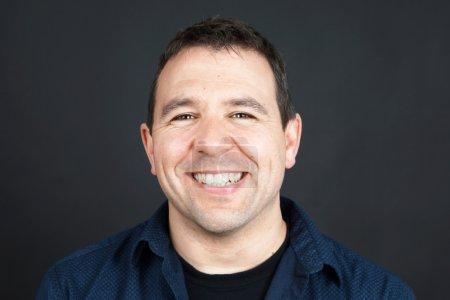 Photo pour Portrait franc d'un homme sympathique et souriant - image libre de droit