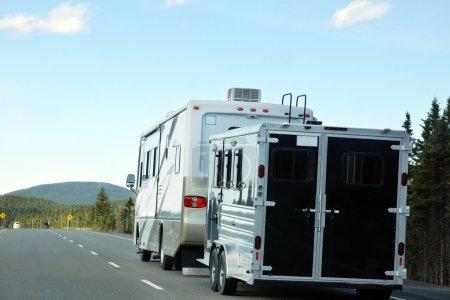 Foto de Caravana o autocaravana con remolque en el concepto de camino, vacaciones y verano - Imagen libre de derechos