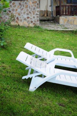 Photo pour Deux chaises blanches sur une pelouse - image libre de droit