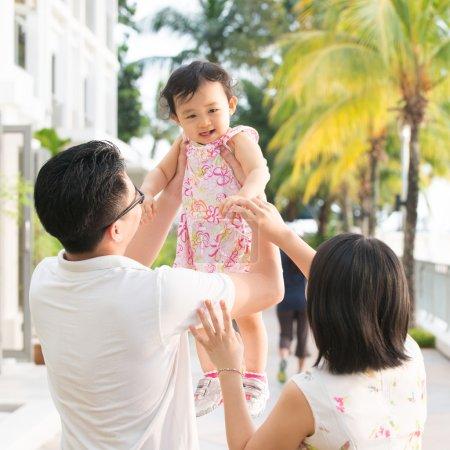 Photo pour Portrait de famille asiatique heureuse jouant pendant les vacances . - image libre de droit