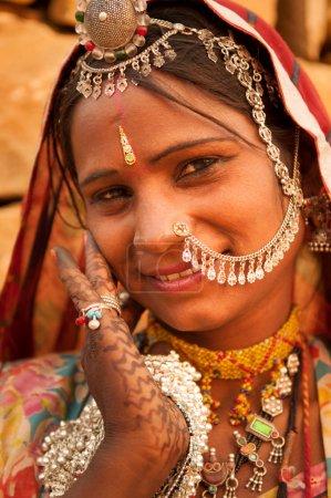Photo pour Belle femme indienne traditionnelle en robe de sari souriant, peuple indien . - image libre de droit