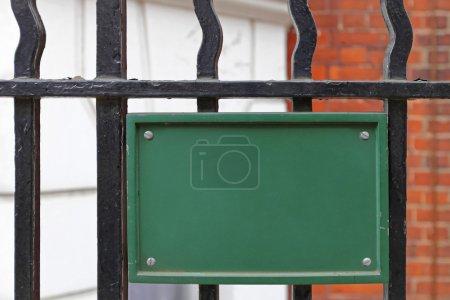 Photo pour Espace vide vert signe sur la clôture métallique - image libre de droit