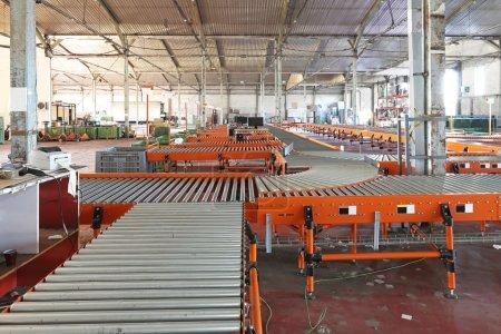 Photo pour L'intérieur de l'entrepôt central de livraison régionale - image libre de droit