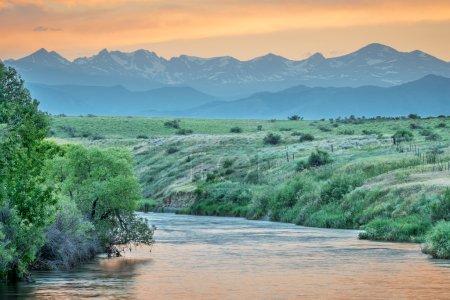 Photo pour Ruisseau St Vrain et chaîne avant des Rocheuses au crépuscule, parc d'État St Vrain près de Longmont, Colorado - image libre de droit