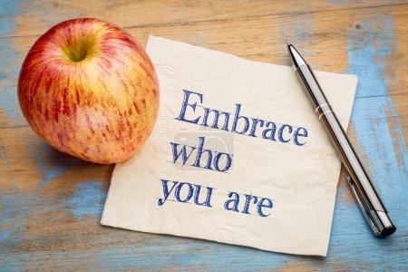Photo pour Étreinte qui tu es - écriture sur une serviette en papier avec une pomme fraîche - image libre de droit