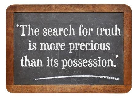 Photo pour La recherche de la vérité est plus précieuse que sa possession - une citation d'albert einstein sur une ardoise ardoise vintage - image libre de droit